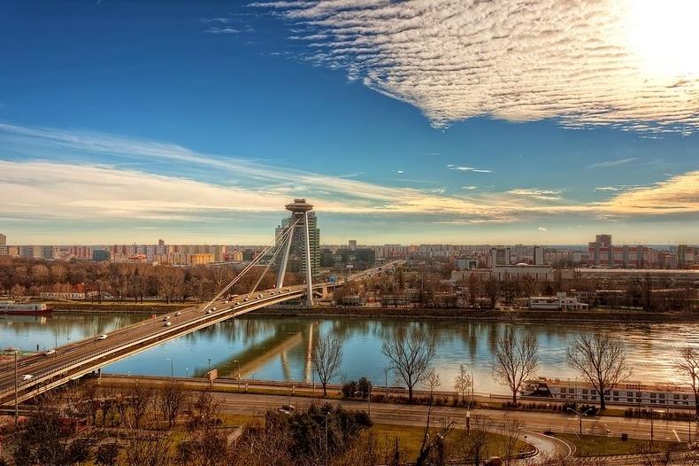 El puente OVNI de Bratislava