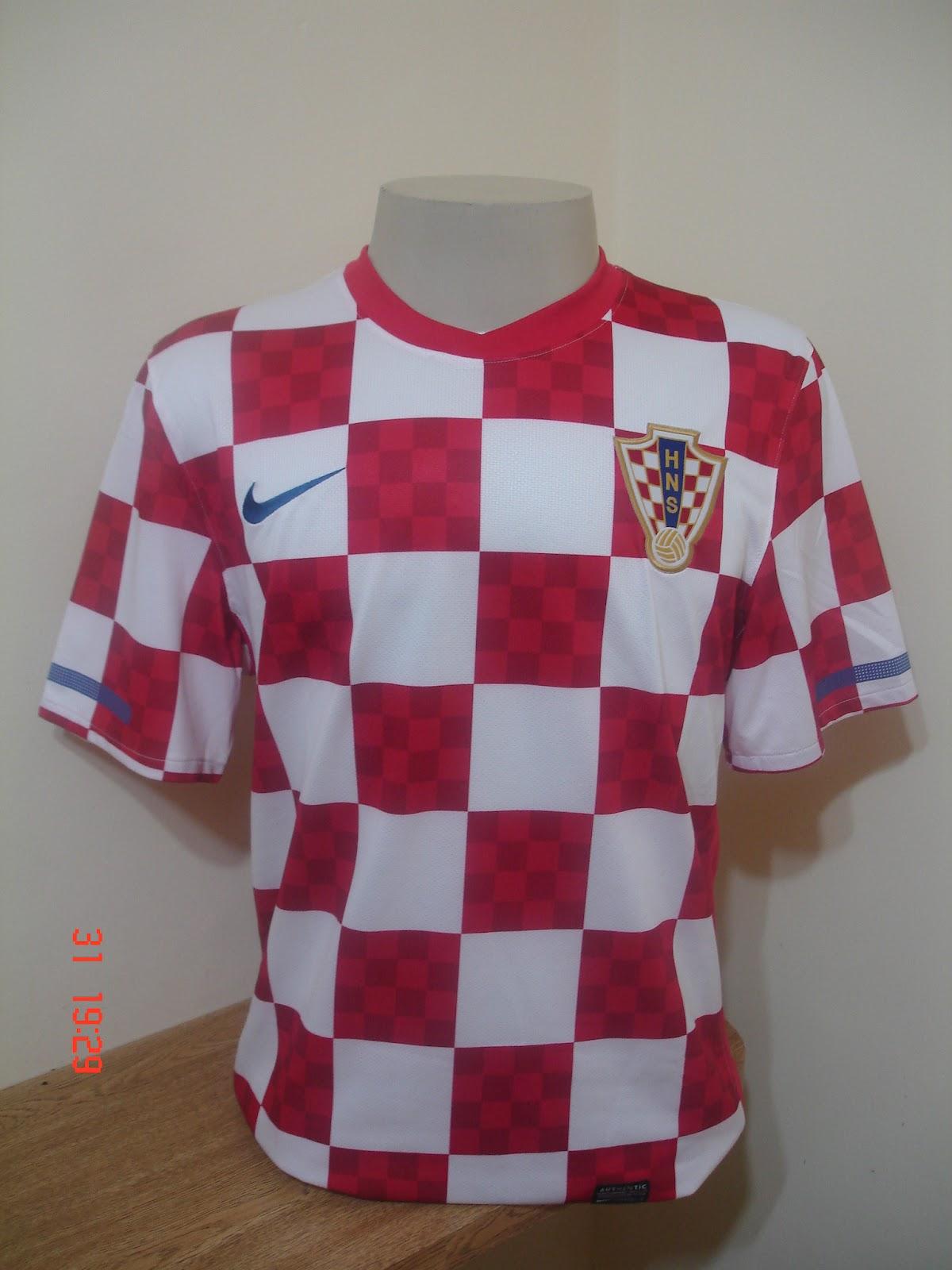 Os modelos das camisas da Puma são bem justos inclusive as das seleções  africanas. Na copa de 2010 a Costa do Marfim jogou com uma camisa de cor  laranja e ... 4fd0984ffcdbf