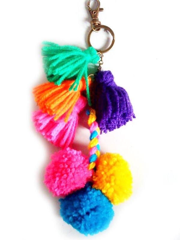 Llavero con pompones y borlas ya mismo me pongo a hacerlo - Como hacer borlas de hilo ...