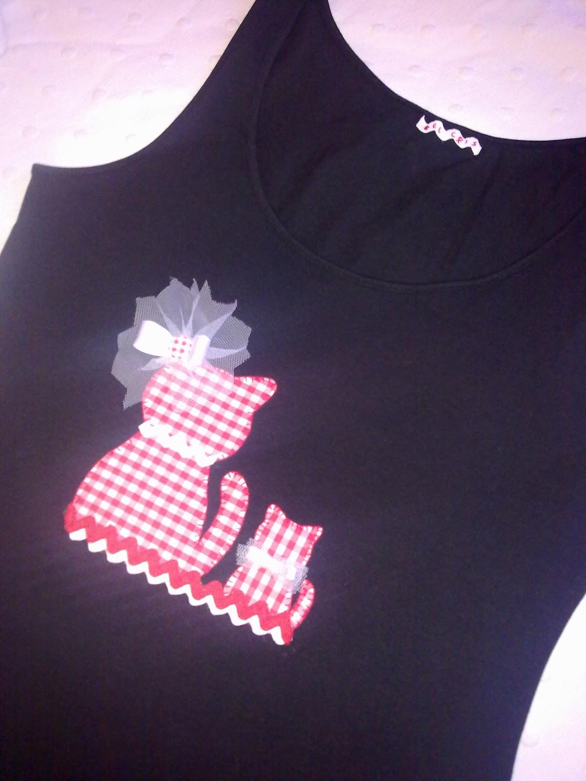 camiseta hecha a mano con detalle de gatos