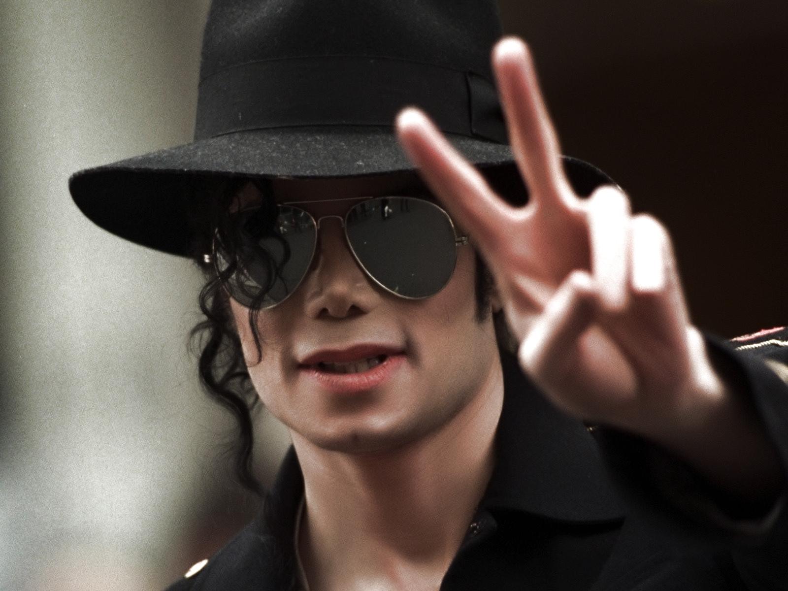 http://4.bp.blogspot.com/-TSej51_ca18/T74OVB5B3bI/AAAAAAAAADo/ShM-4_5fNr8/s1600/Hold-My-Hand-by-Michael-Jackson.jpg