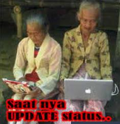 nenek nenek sedang update status