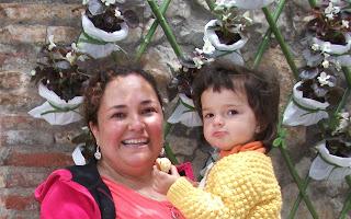 Mami y bebe con flores