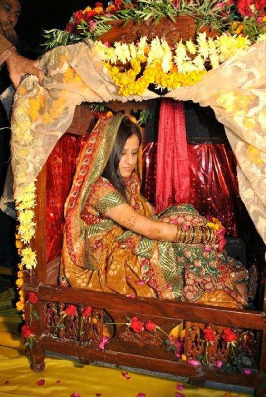 Stylish Pakstani Mehndi Dresses Arrivals for Brides 2014-2015 Wallpapers Free Download