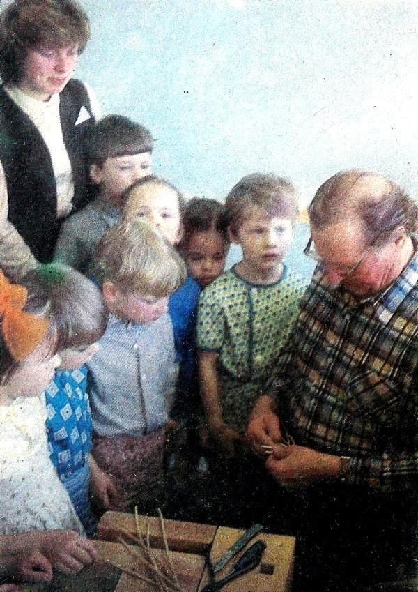 Valles bērnudārzā bērni ar audzinātāju skatās ko viens vīrs meistaro