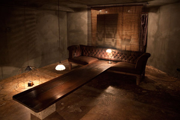 sotano de tienda con sofa-mesa de diseño muy creativo