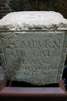 pedestal romano con inscripción para ganar votos