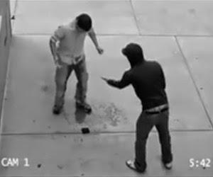 Homem sendo assaltado