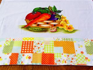 pano de copa com pintura de cesta de legumes