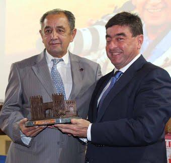 SR. ALCALDE D. MIGUEL ÁNGEL MEDRANDA DE LA VILLA DE ALALPARDO (MADRID) ENTREGÓ EL TROFEO.