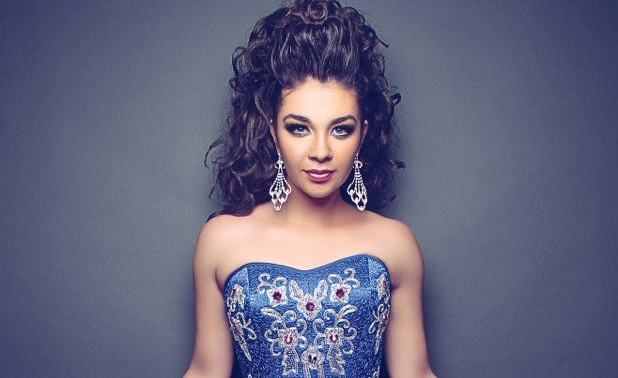"Daniela Luján em ""Gossip Girl Acapulco"""