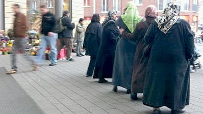 Muslim women in front of the Cologne arcade