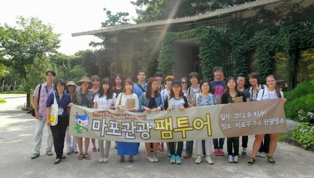 Foto de grupo con los participantes en el FamTour de Mapo-gu en Seúl