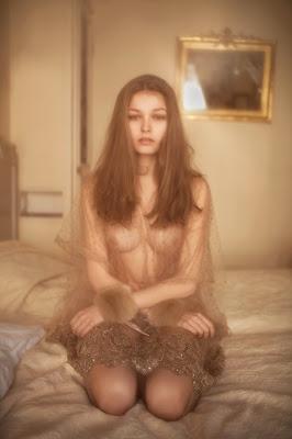 photos vivienne mok felice art couture femme seins nus lit