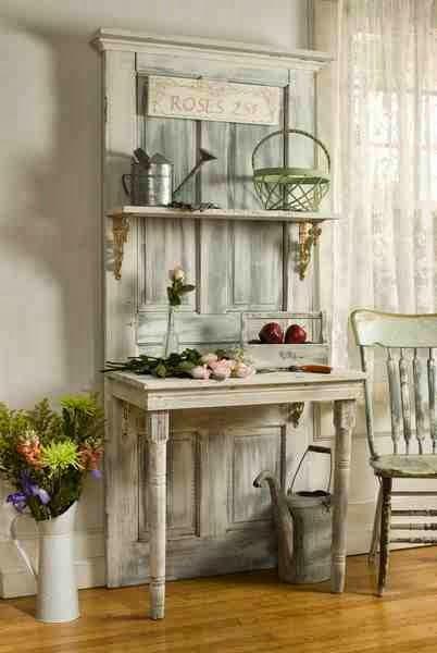 Stare drzwi shabby chic jako dekoracja, metalowe konewki, biała kanka