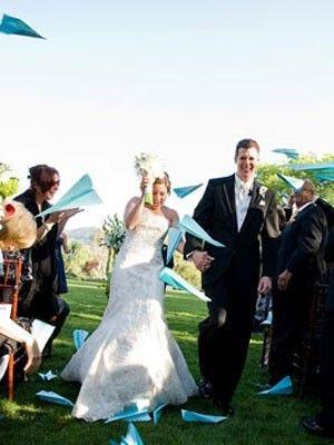Aviones de papel para festejar vuestro matrimonio - Foto: www.www.weddingbee.com