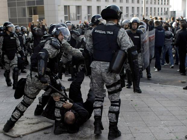 Policiais detêm manifestantes homofóbicos em outubro de 2010 que atacaram participantes da Parada do Orgulho LGBT, em enfrentamentos que deixaram mais de 100 feridos (Foto: AP)