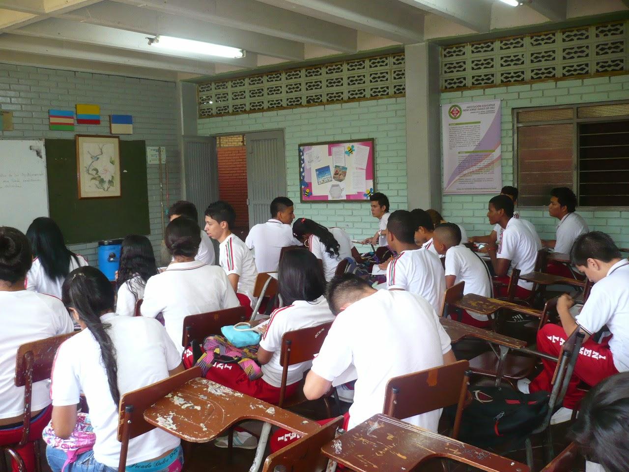 Estudiantes  realizando  su  APA  en  papel