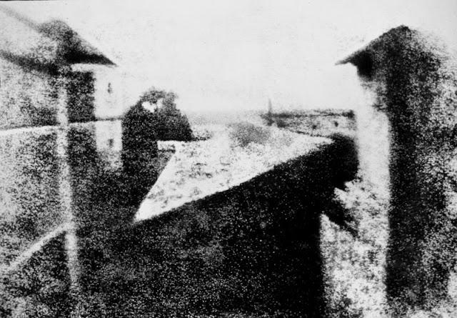 A primeira fotografia reconhecida remonta ao ano de 1826 e é atribuída ao francês Joseph Nicéphore Niépce