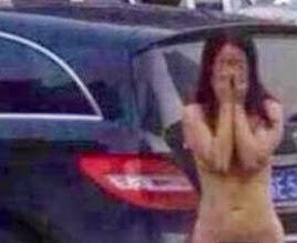 mujer-desnudada-cornudos