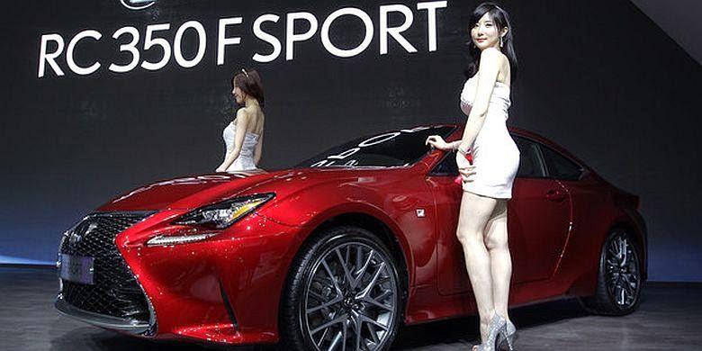 Foto Seksi Model di Seoul Motor Show 2015