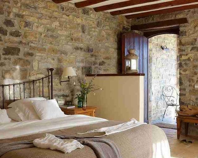 Sypialnia ze ścianami z kamienia