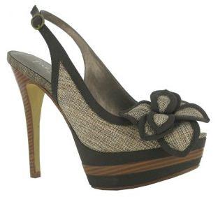 0124e506 Este diseño de sandalias se ha puesto muy de moda esta temporada, recuerda  a los zapatos de baile de salón, y son característicos de la diseñadora  Úrsula ...