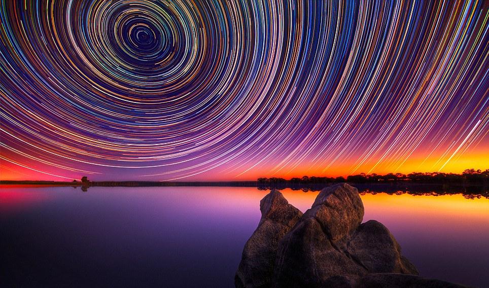 Gambar-gambar star trails berwarna-warni oleh Lincoln Harrison