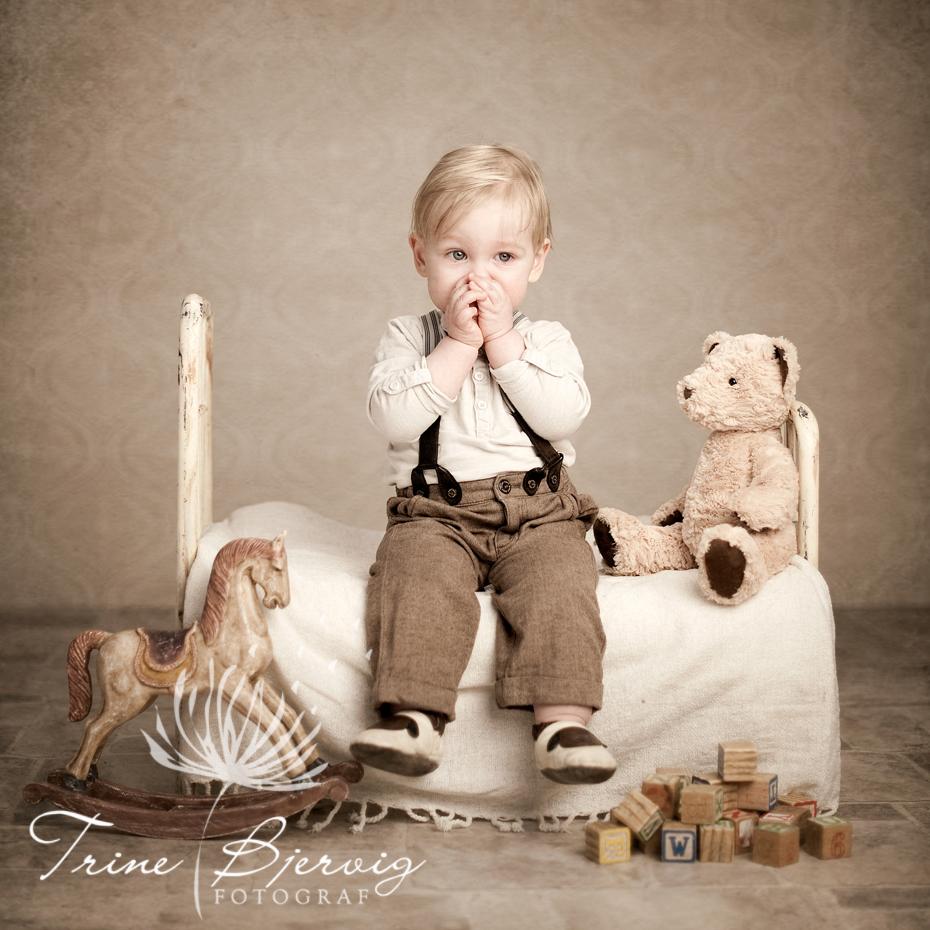 Liten gutt i gammel stålseng, Barnebilder fotografert av fotograf Trine Bjervig, Tønsberg, Skien, Porsgrunn