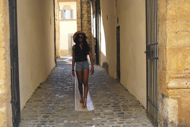 Short en jean, blouse sans manche, capeline, sac o bag, look, mode