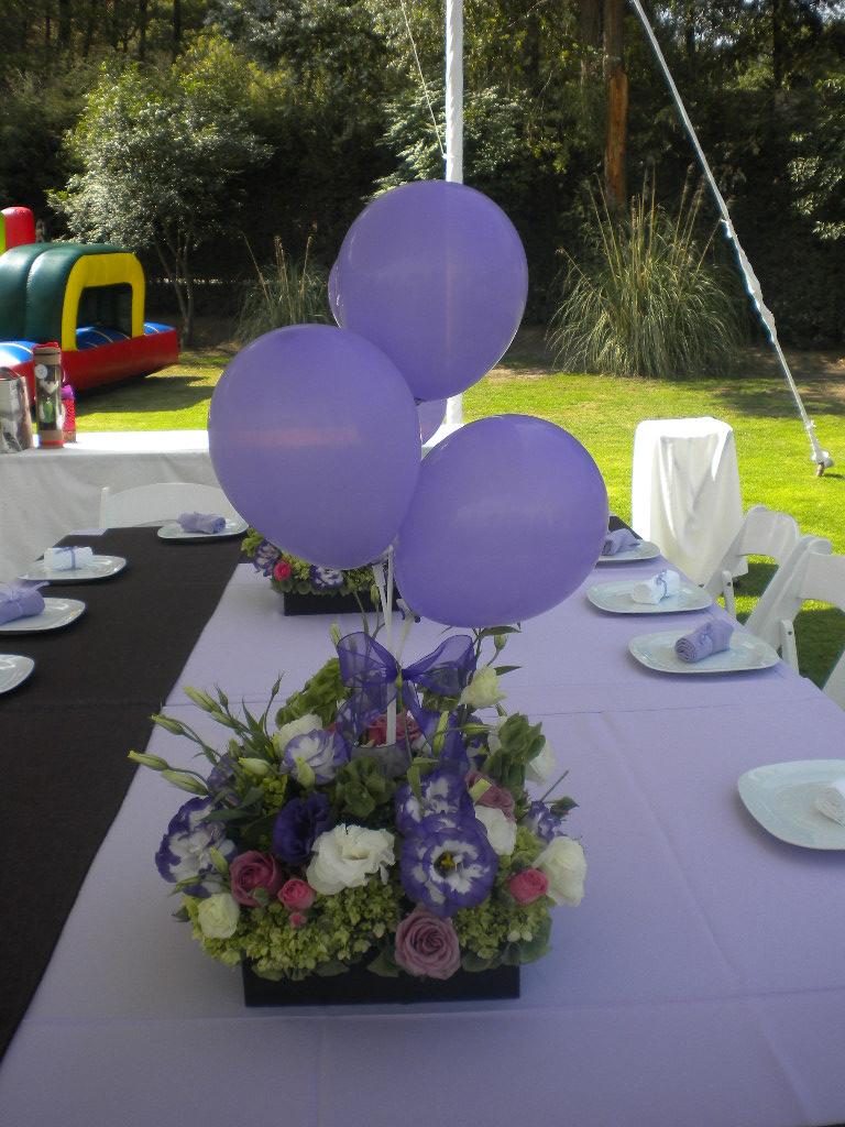 Centro de mesa con globos y flores centros de mesa for Mesa centro