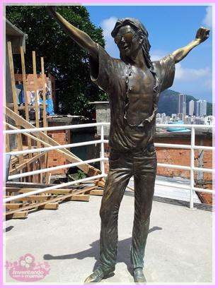 Estátua do  Michael Jackson na comunidade Santa Marta