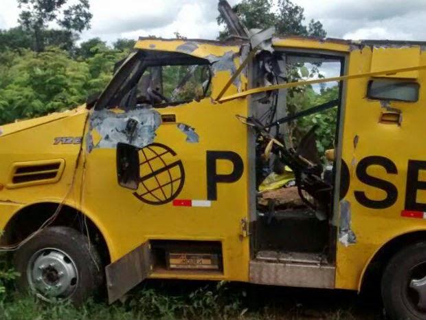 Carro-forte ficou bastante danificado após a ação (Foto: Welington Ribeiro Simões/Site: lettosimoes)