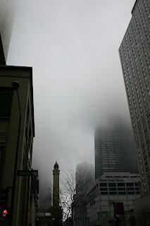 Ciudad sumergida en la niebla