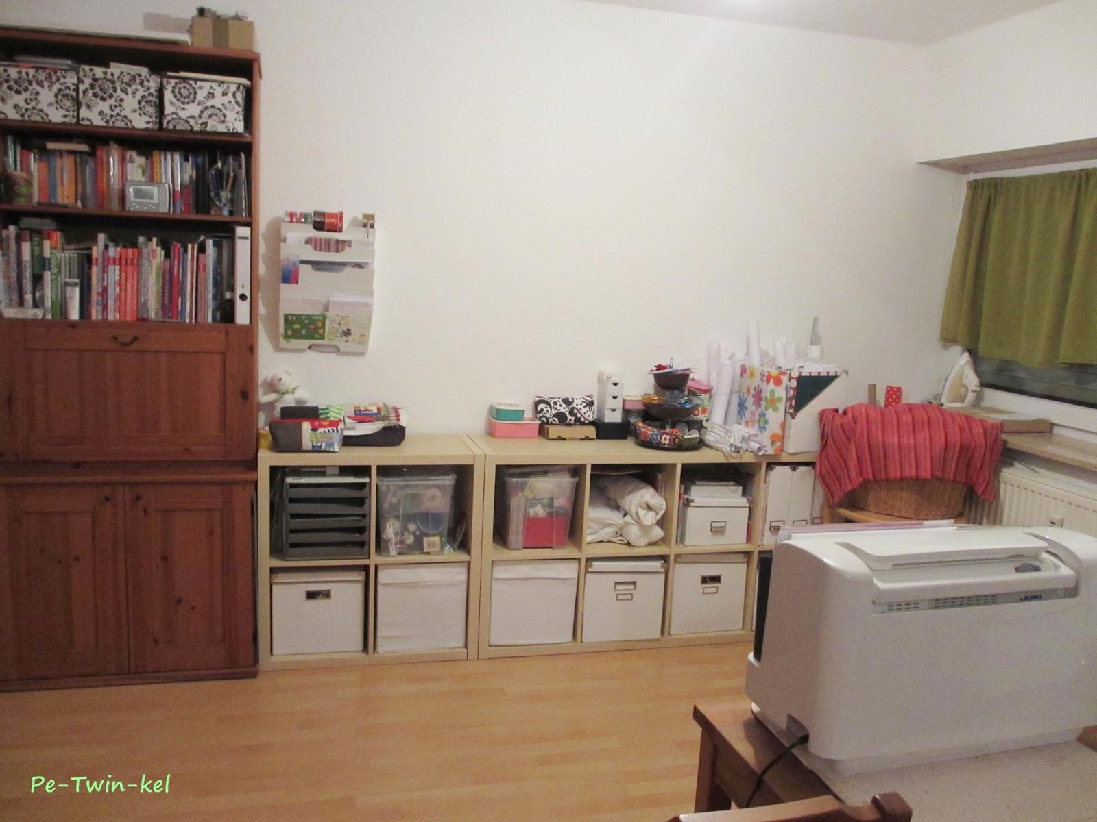 nähecke im wohnzimmer:So sieht es vom Wohnzimmerteil aus, in dem Regal unten sind