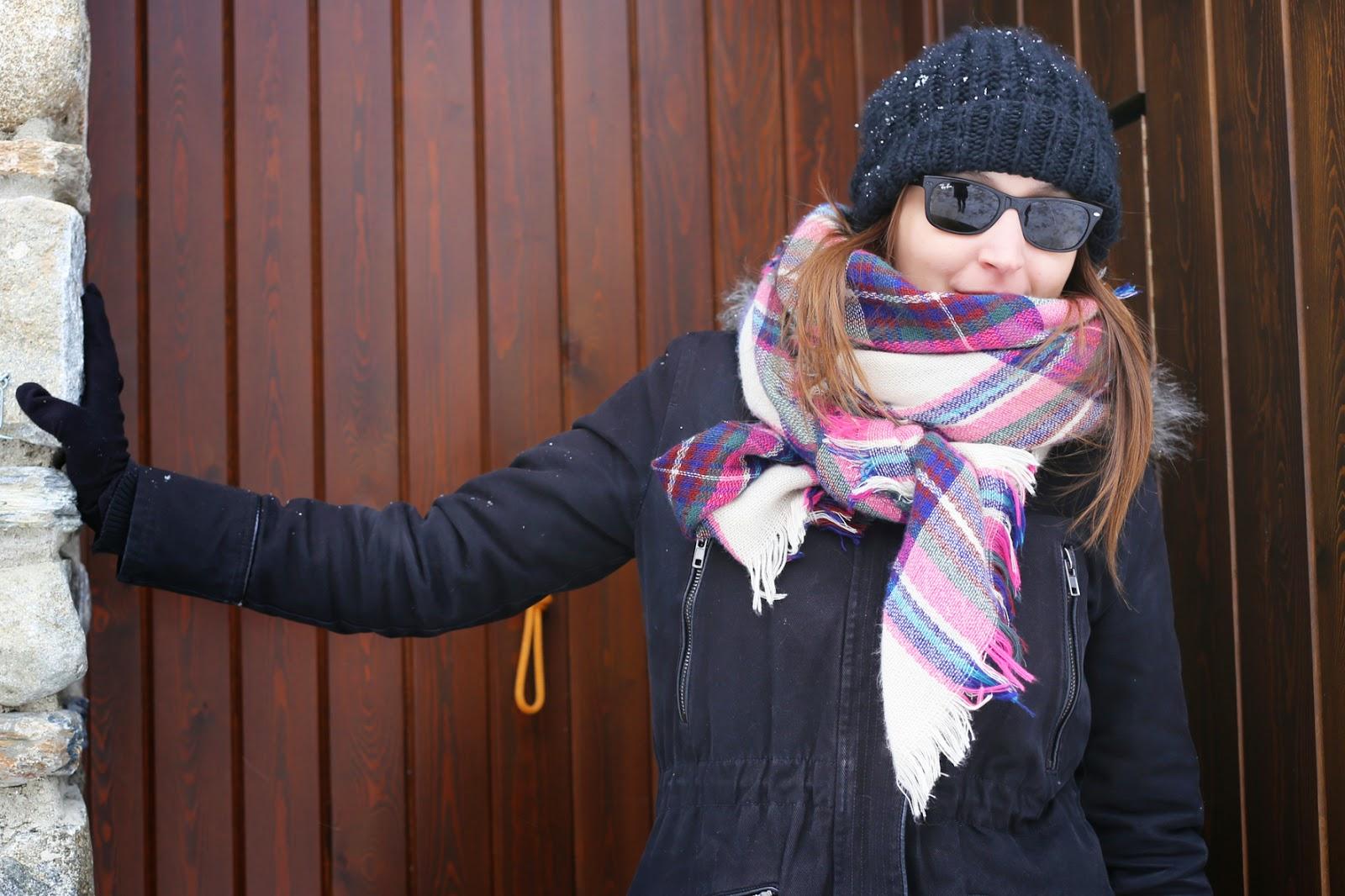 must de este invierno pañuelo de tartan y botas ugg para un día en la nieve