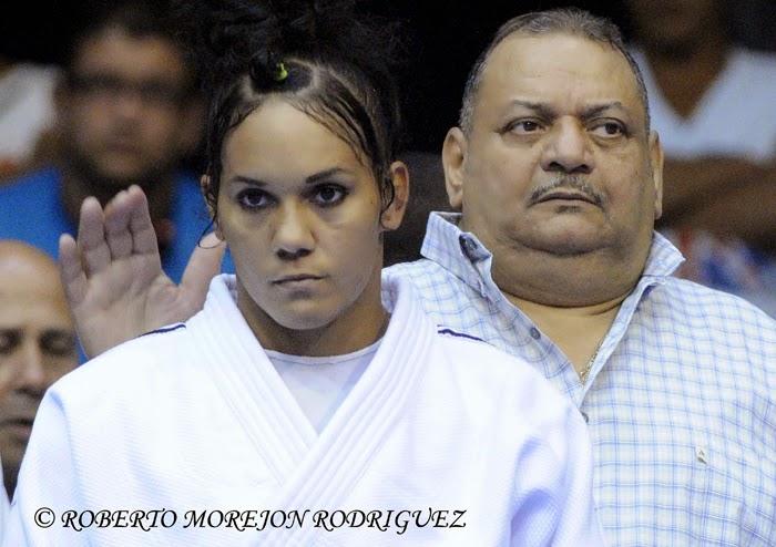 Ronaldo Veitía, entrenador cubano de judo, realiza la preparación de Onix Cortes Aldama (kimono blanco) para combatir en la segunda jornada del Grand Prix de Judo, con sede en el Coliseo de la Ciudad Deportiva, en La Habana, Cuba, el 7 de junio de 2014.