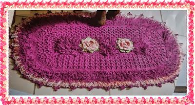 Tapete de crochê rosa franzida com miolo em ponto laçada e alto relevo com gráfico