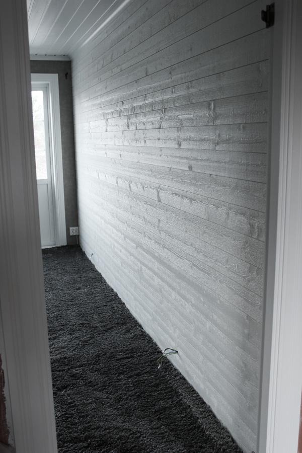 Före och efter bilder på renovering av sovrum. Vit liggande panel i sovrummet. Renovera sovrum i vitt och grått. Heltäckningsmatta victoria. Måla om från furu till vitt.