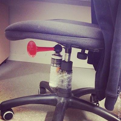 como trolar seus amigos no trabalho com buzina em baixo da cadeira