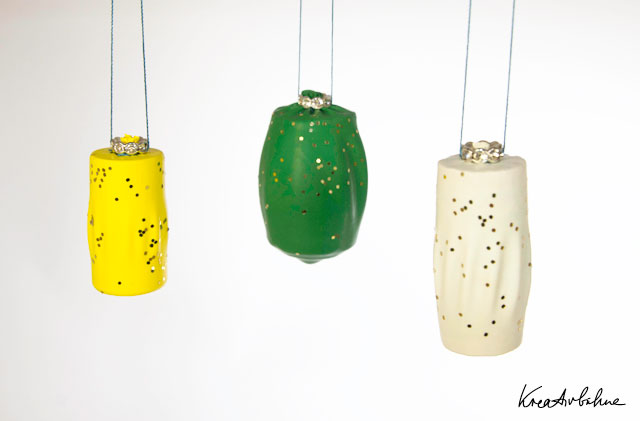 diy weihnachtskugeln basteln aus luftballonkorken diy blog von anastasia. Black Bedroom Furniture Sets. Home Design Ideas