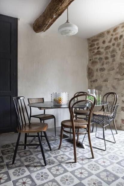 mesa con sillas variadas