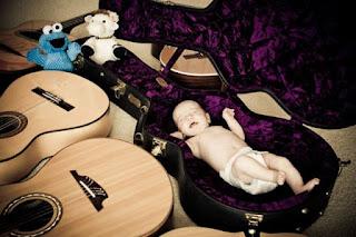 Gambar wallpaper bayi tidur dan gitar