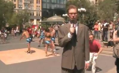 le bajan el pantalon al periodista