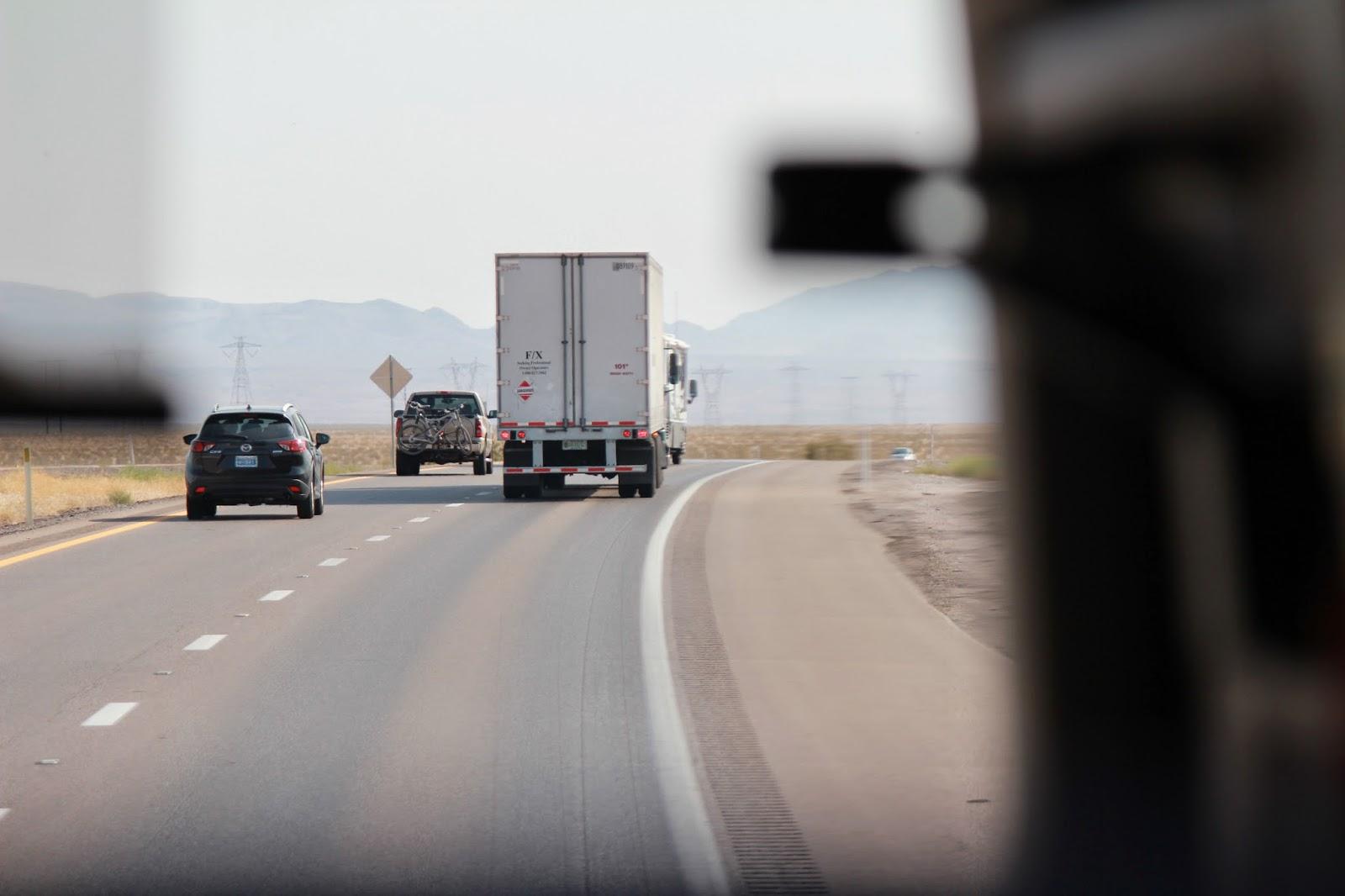 アメリカの道は広くてまっすぐです