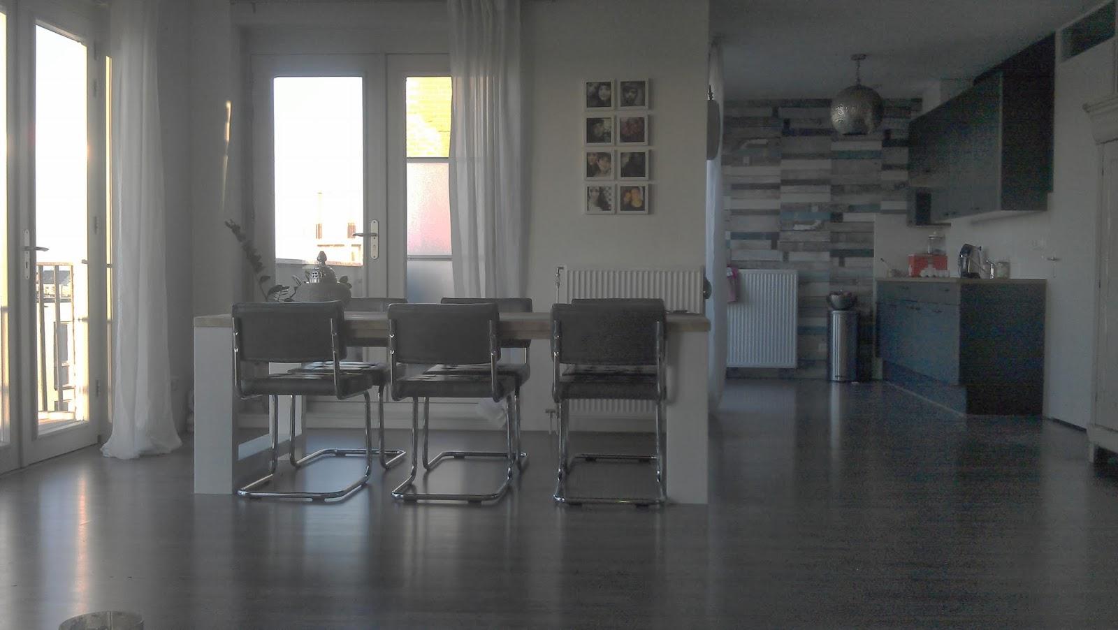 Eetkamerstoelen Felle Kleuren : Let op het lijnenspel tussen de ...