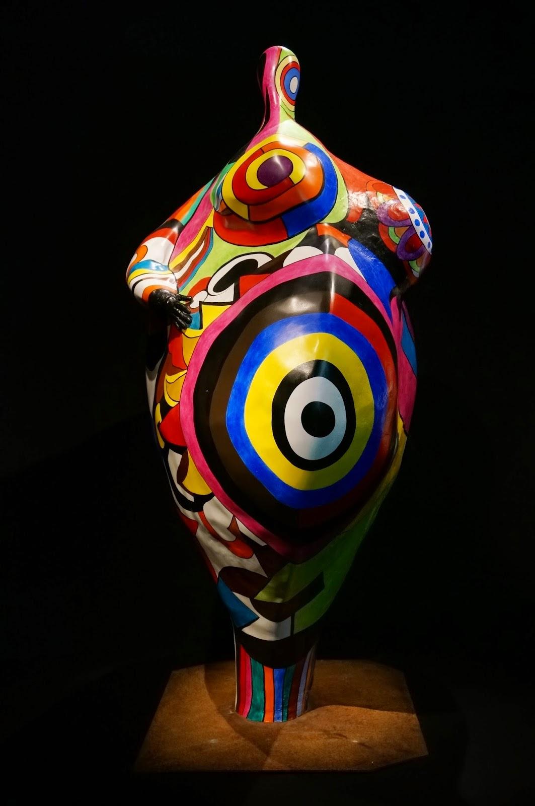 """Niki de Saint Phalle (1930-2002) est l'une des artistes les plus populaires du milieu du XXe siècle, à la fois plasticienne, peintre, sculptrice et réalisatrice de films. Si elle est surtout connue du grand public pour ses célèbres « Nanas », son oeuvre s'impose aussi par son engagement politique et féministe et par sa radicalité.    """"Accouchement blanc ou Ghéa"""", 1964 """"Leto ou la crucifixion"""", 1965 King Kong"""", 1963 daddy la promenade du dimanche """"Autel noire et blanc"""", 1962  «Je n'ai jamais tiré sur Dieu (...), je tire sur l'Eglise»   la toilette le reve de diane daddy"""
