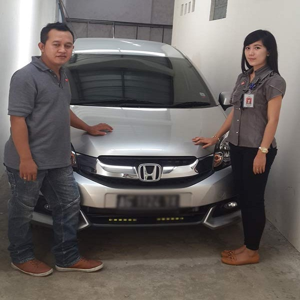 Marketing Executive Afrilia Devi with Customer Jazz