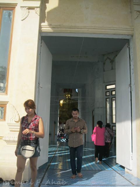 A peek inside Wat Promraungsri