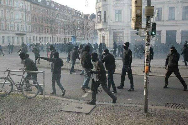 Fuertes enfrentamientos entre policías y neonazis en Alemania